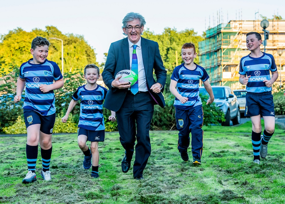 Mel Young and mini rugby players.jpg